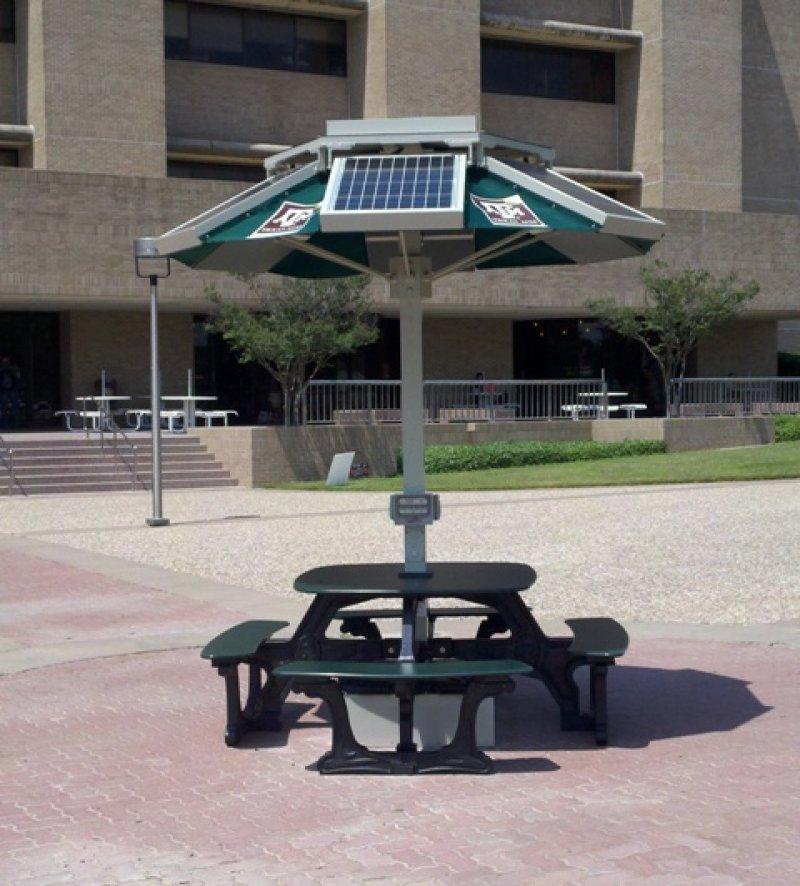 Ya es posible cargar nuestros dispositivos m viles al aire for Mesas con sombrilla para exterior